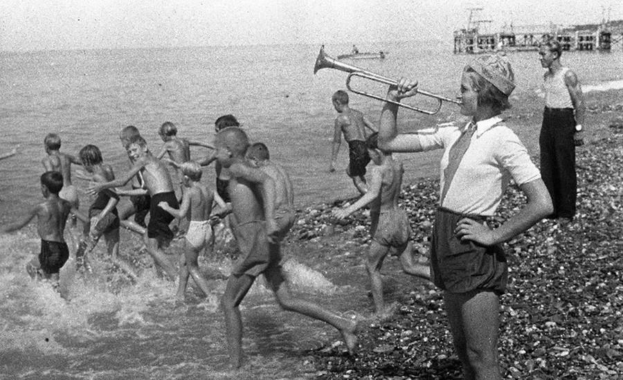 Appel pour l'heure de la baignade au camp de pionniers Artek, 1948