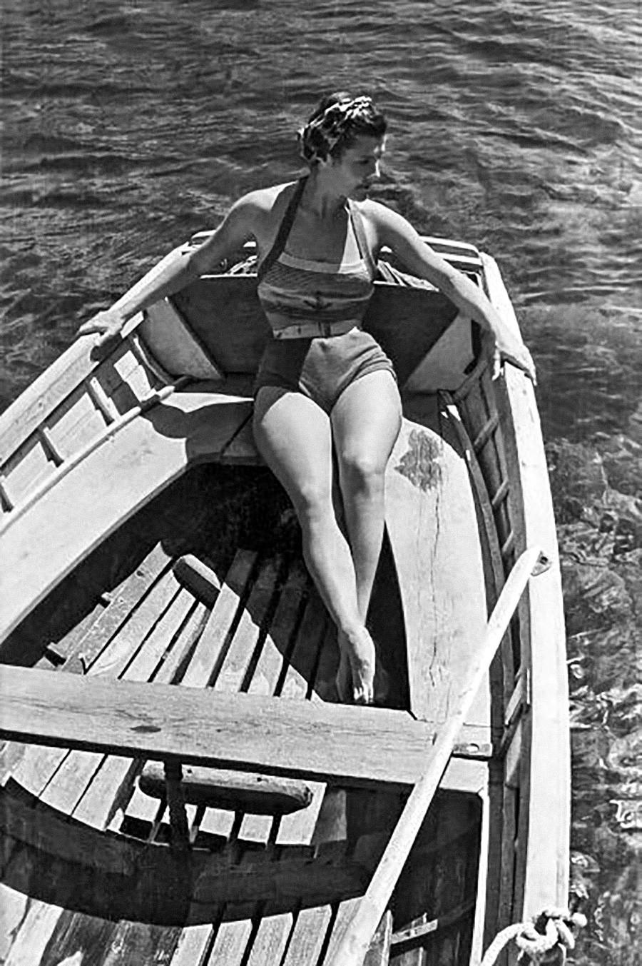 Femme posant sur un bateau, 1946