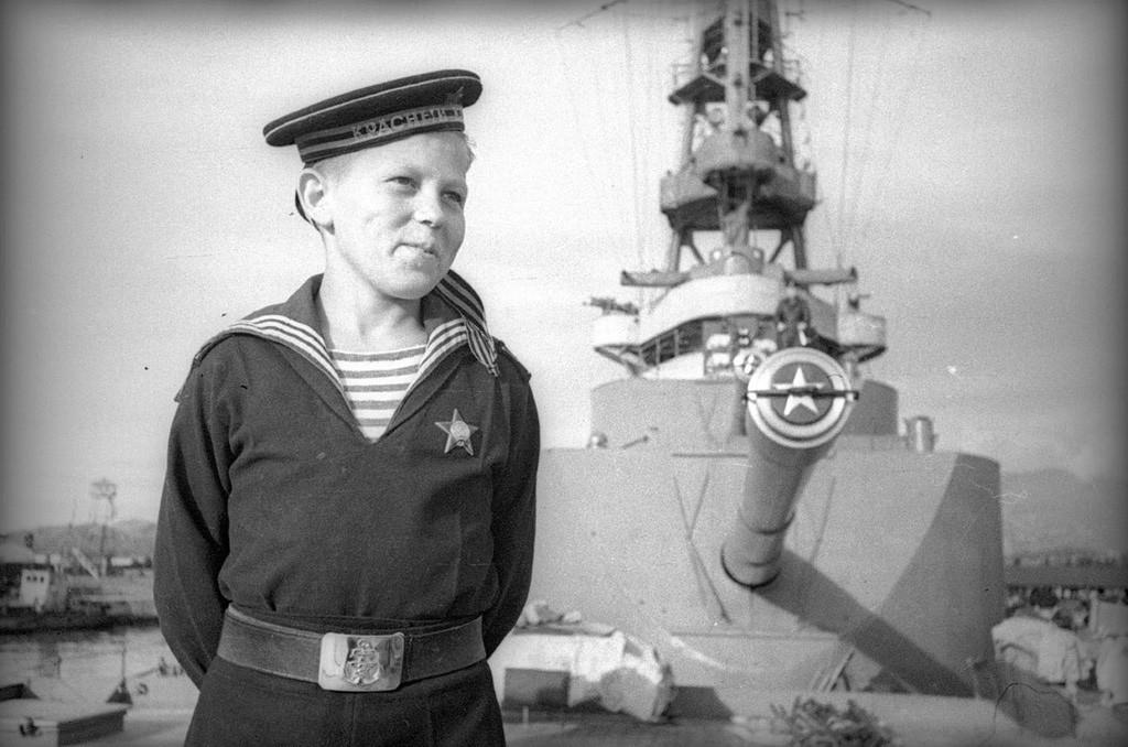 Un cadet de la Marine ayant participé, malgré son âge, à la Seconde Guerre mondiale, 1944