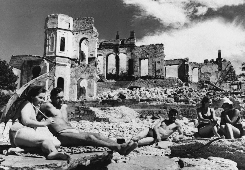 Devant un bâtiment détruit de Sébastopol, 1944