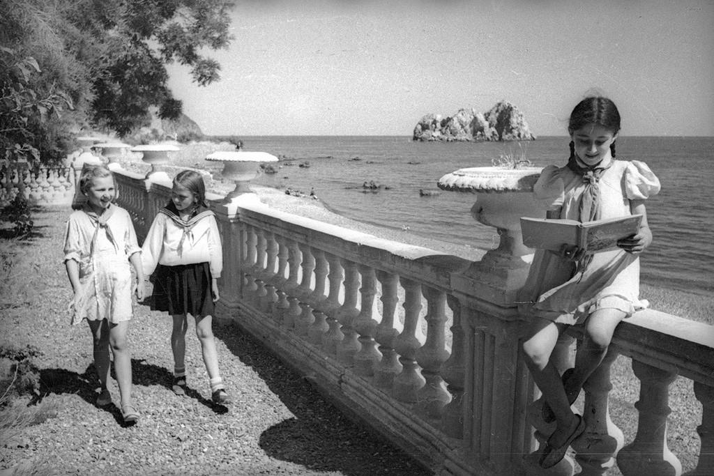 Pionnières (équivalent soviétique des scouts) au camp d'été Artek, 1944