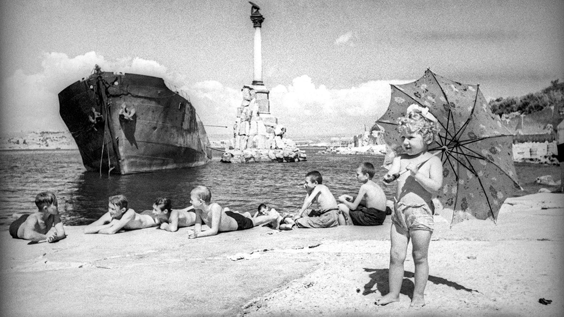 Enfants se prélassant sur une plage de Sébastopol, 1944