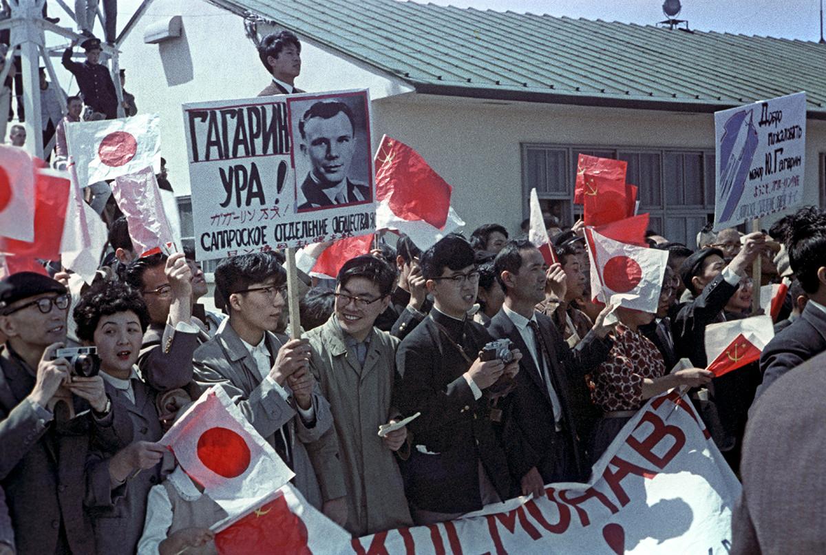 札幌市でソ連の宇宙飛行士を歓迎している市民
