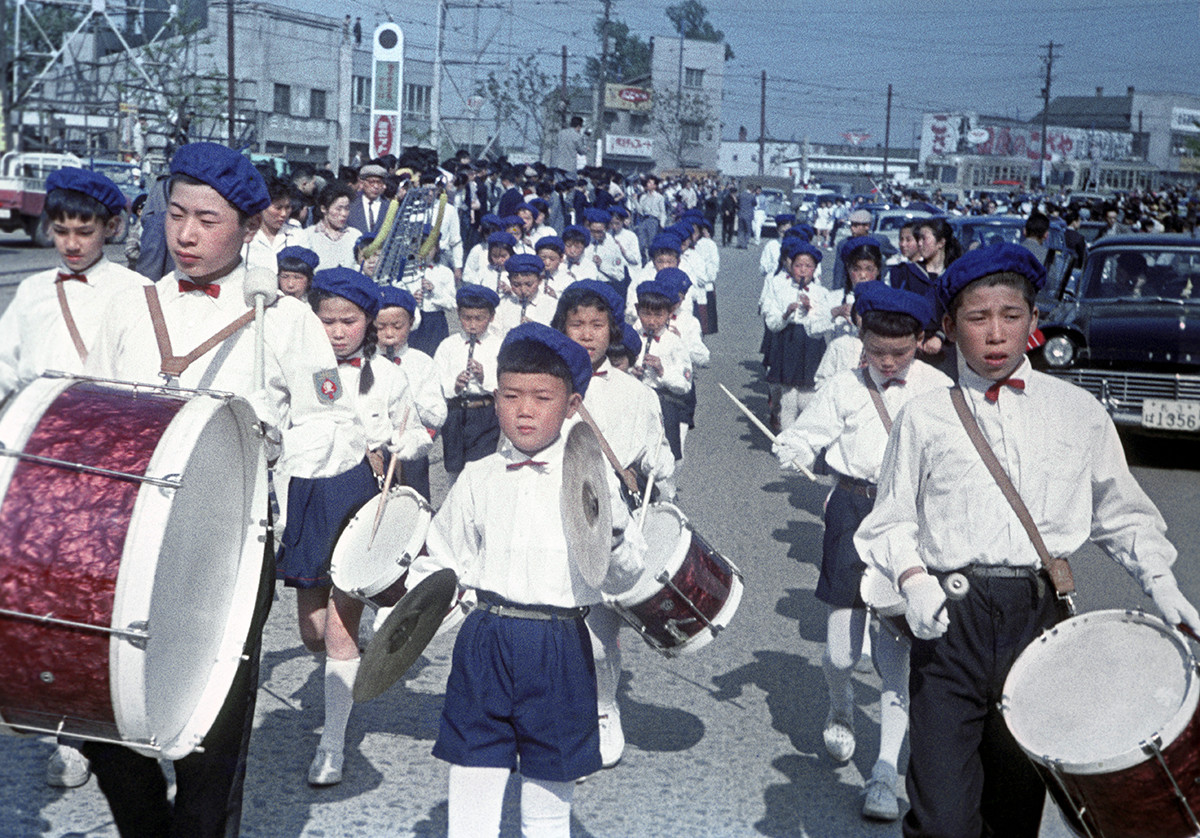 札幌市で、ソ連の宇宙飛行士を歓迎しながら、街を練り歩く若き太鼓演奏家