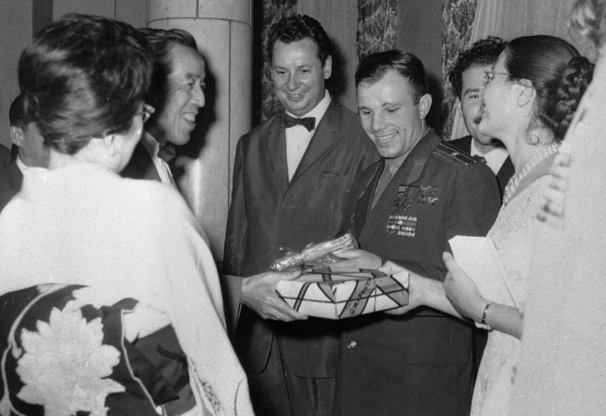 大使館で、ユーリー・ガガーリンと妻のワレンチナさん(左)を暖かく歓迎し、贈り物を手渡す日本の友人たち。真ん中はニコライ・フェドレンコ駐日ソ連大使