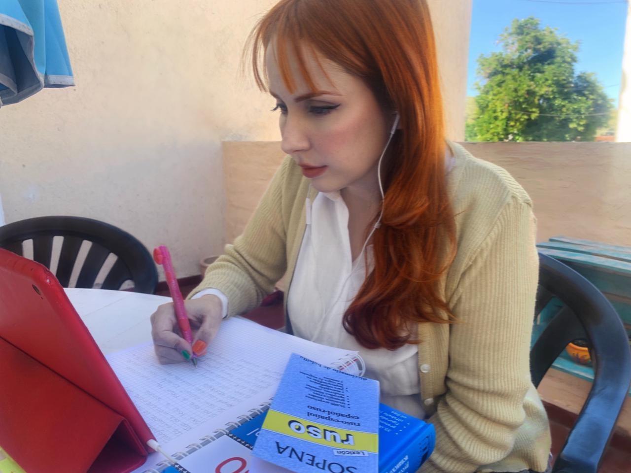 Eliana Toro estudiando el ruso.