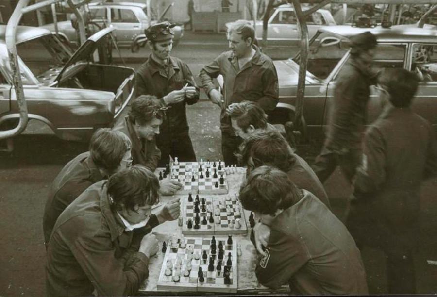 Une nation d'échecs. Des travailleurs soviétiques jouant pendant la pause déjeuner