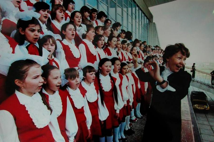 Un chœur d'enfants se produit