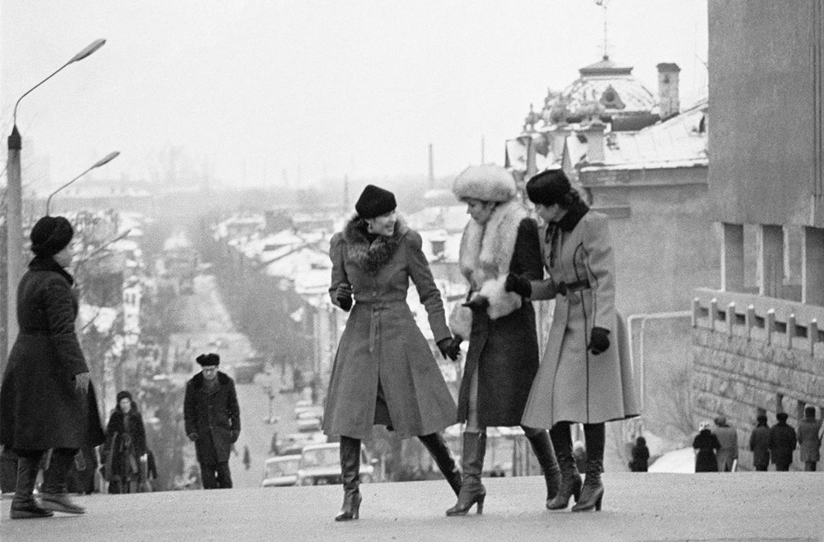Des femmes soviétiques dans les rues de Kazan