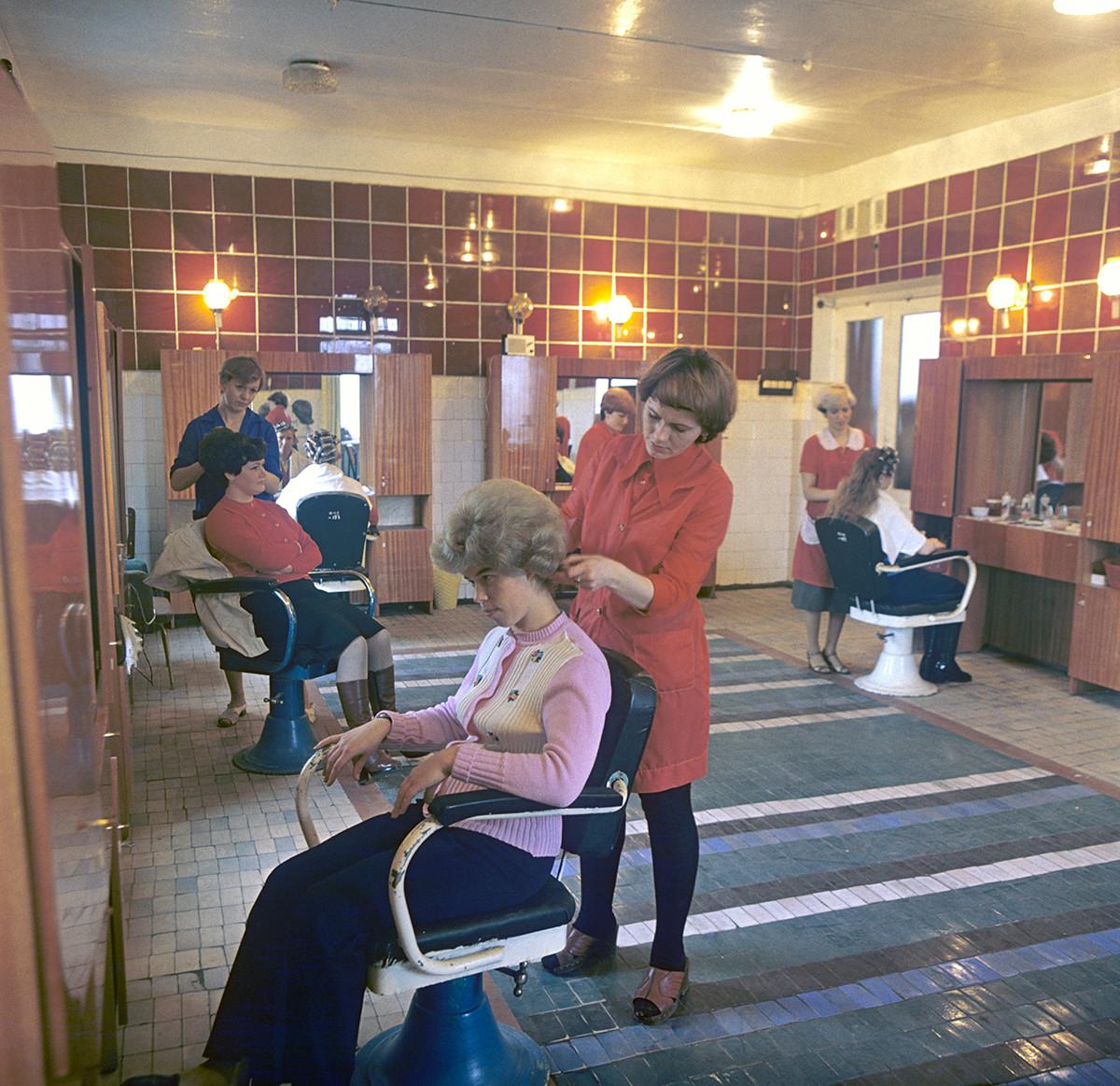 Dans un salon de coiffure