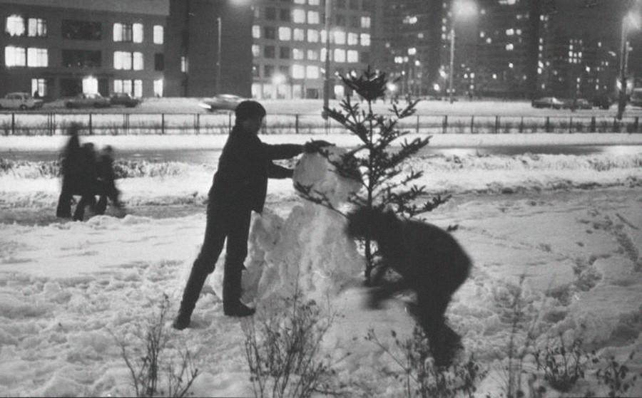 Des enfants faisant un bonhomme de neige