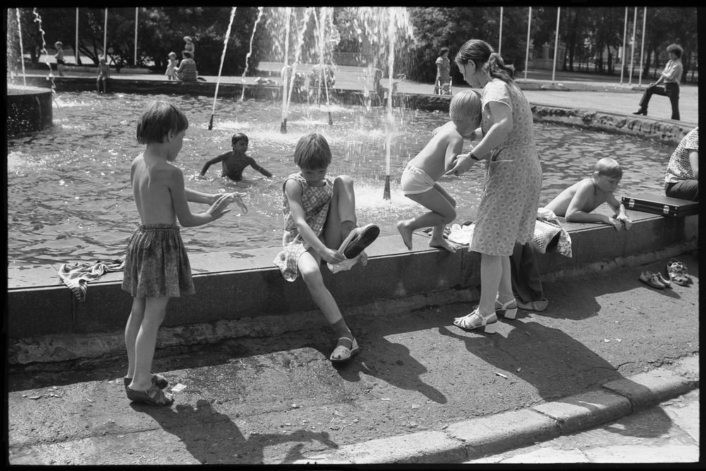 Une journée d'été près d'une fontaine de la ville