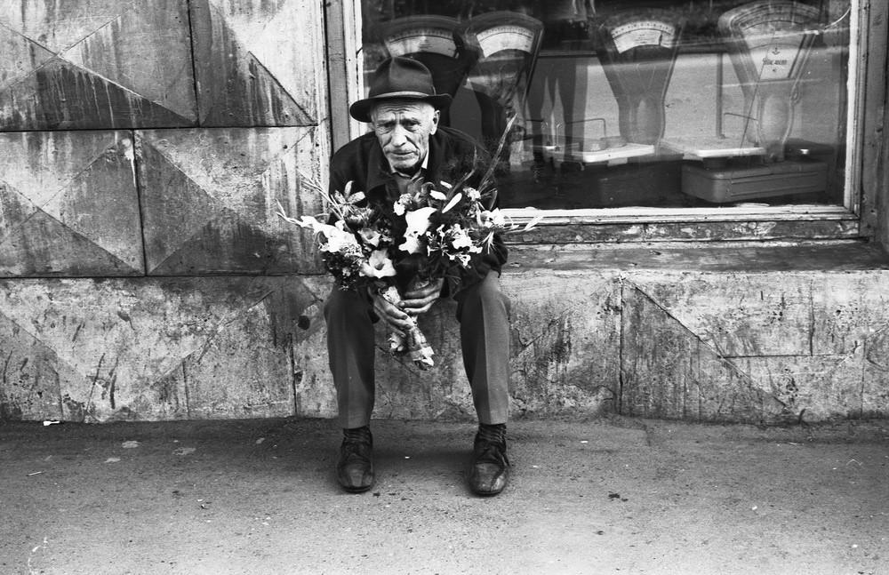 Un vieil homme vendant des fleurs