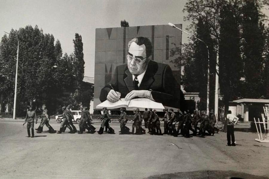 Des soldats soviétiques s'entraînent devant un immense portrait de Brejnev