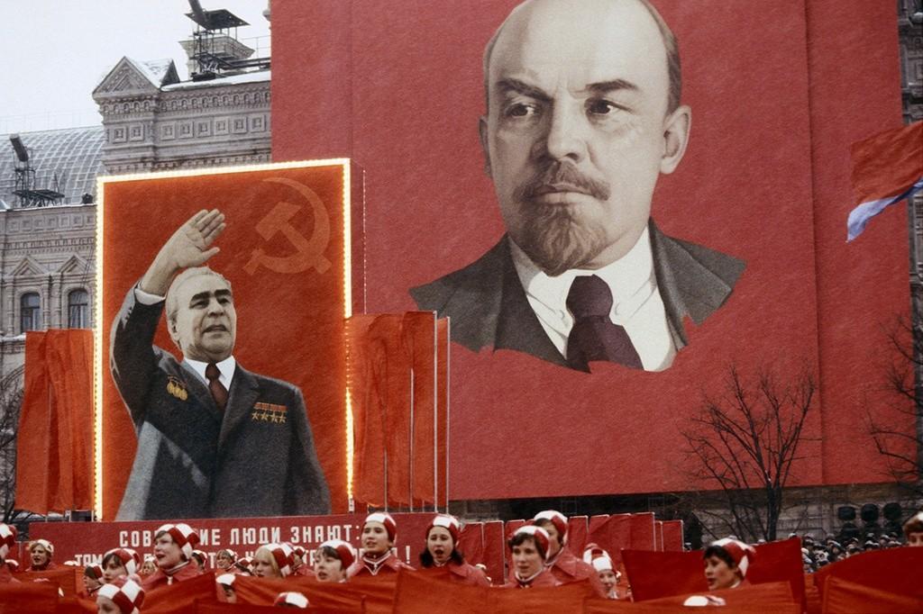 Fête du Travail sur la place Rouge: portraits géants de Leonid Brejnev et Vladimir Lénine