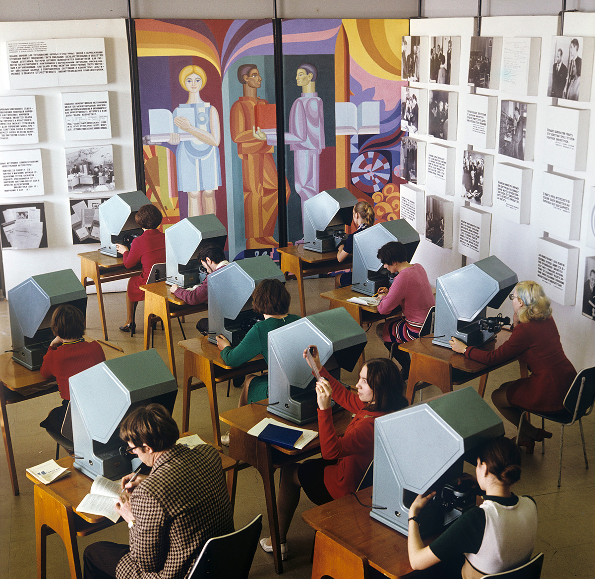 Des étudiants de l'Université de Novossibirsk regardent des microfilms