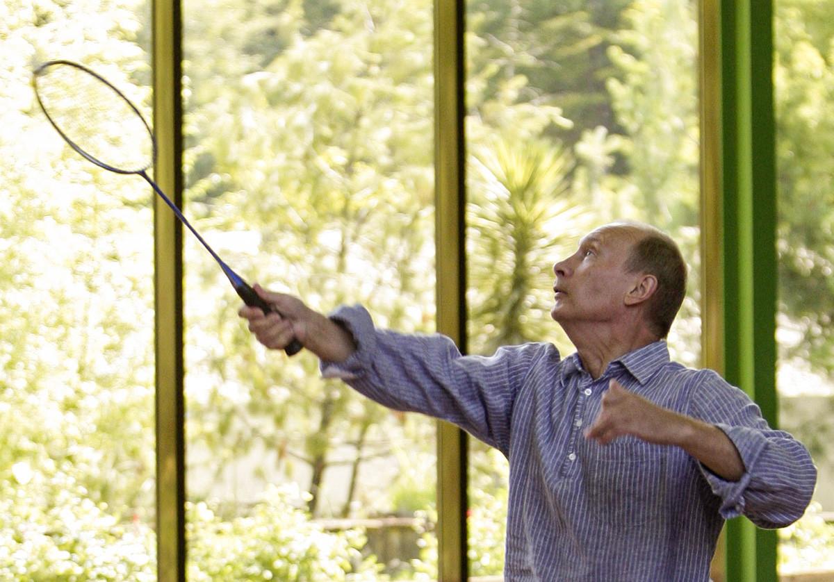 Vladimir Putin durante una partita di badminton con Dmitrij Medvedev