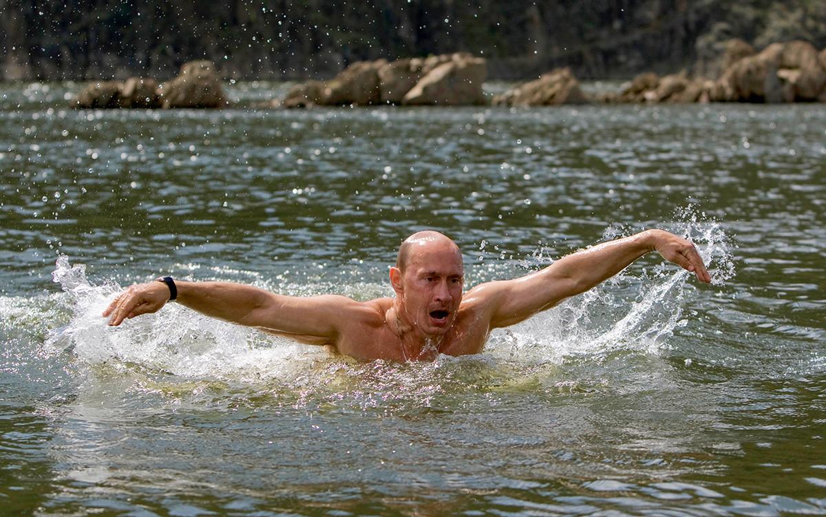 A nuoto in un lago nella Regione di Tuva, Siberia meridionale, 3 agosto 2009