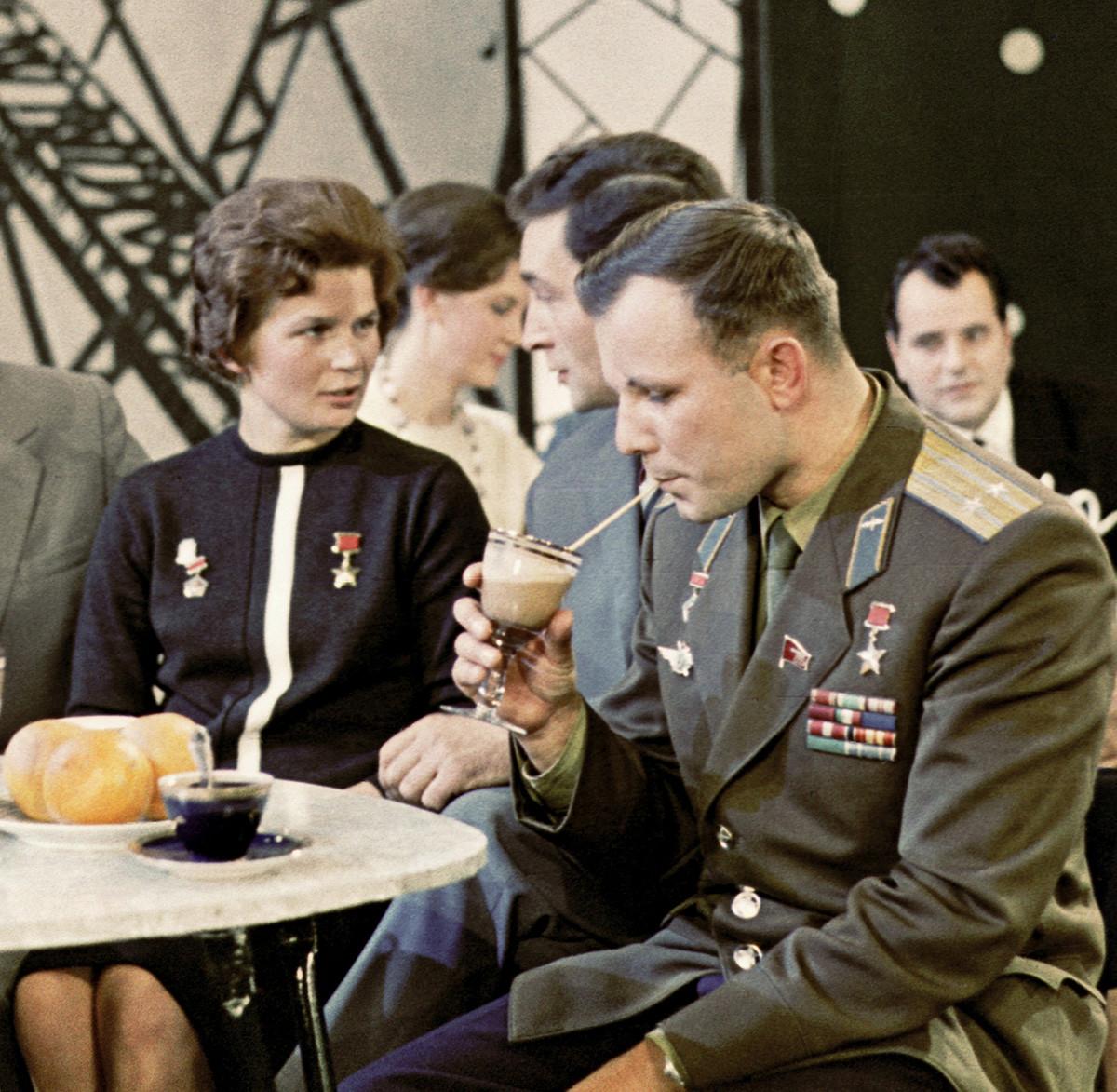 Lors du tournage de «Flamme bleue», l'émission du Nouvel An soviétique, 1963
