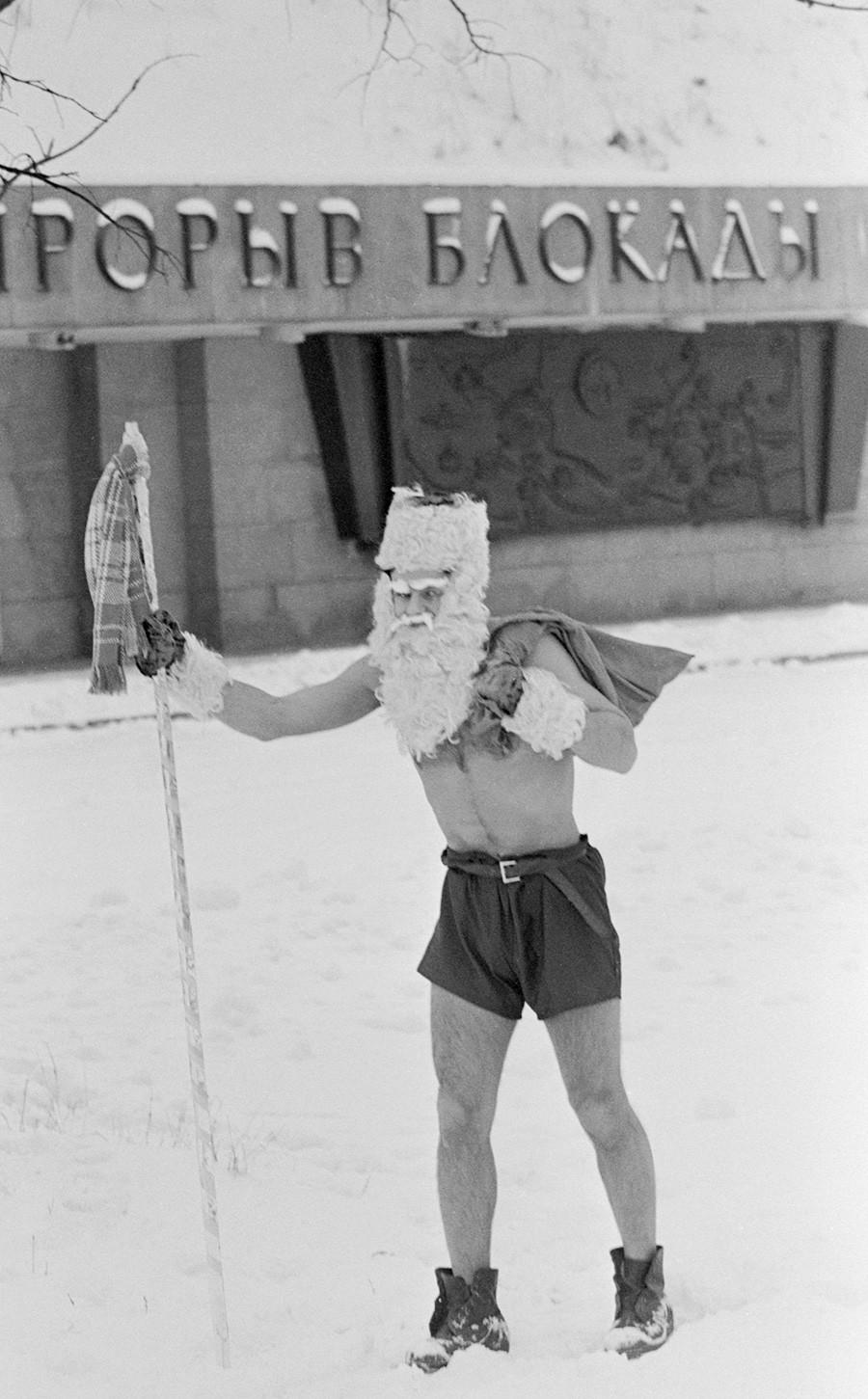 SAINT-PETERSBURG, RUSSIA. December 28, 1991. Papai Noel em uma das ruas de São Petersburgo.