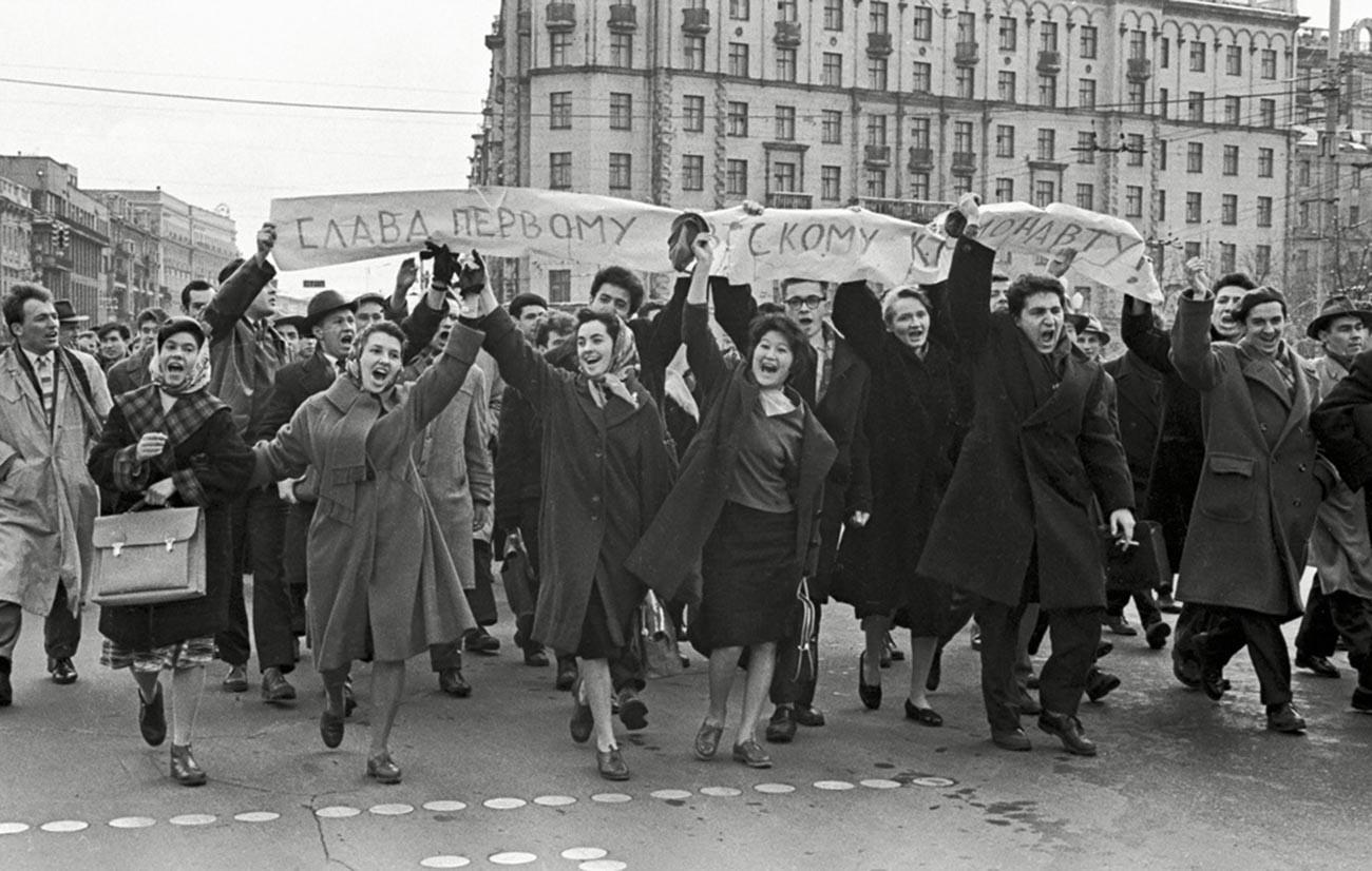 Manifestation improvisée à Moscou, le 12 avril 1961, en l'honneur du vol de Gagarine : « Gloire au premier cosmonaute soviétique »