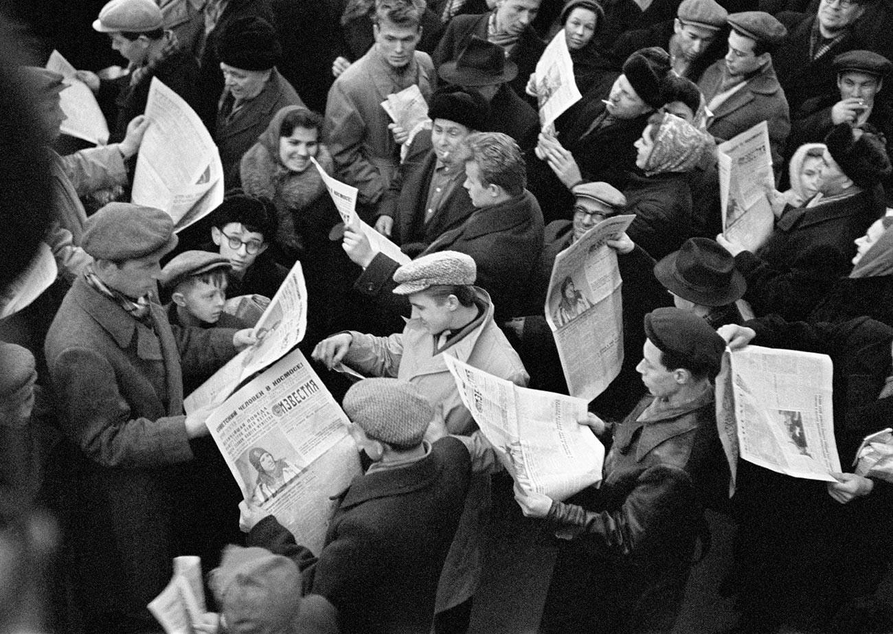 Les Moscovites s'amassent aux kiosques à journaux