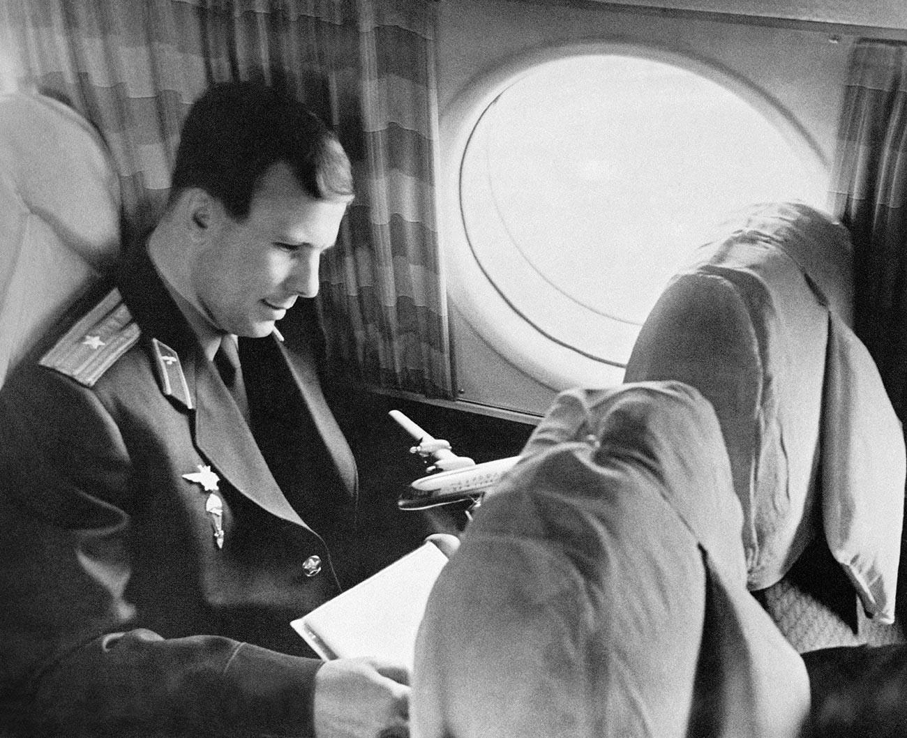 Le 14avril, deux jours après son vol à succès, Iouri Gagarine était amené à Moscou par un avion spécial.