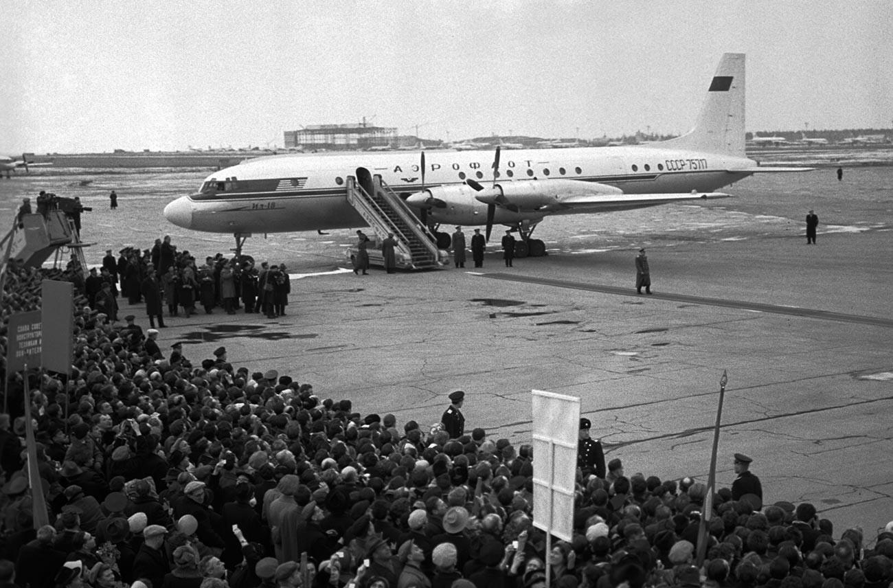 Gagarine est accueilli à l'aéroport de Vnoukovo