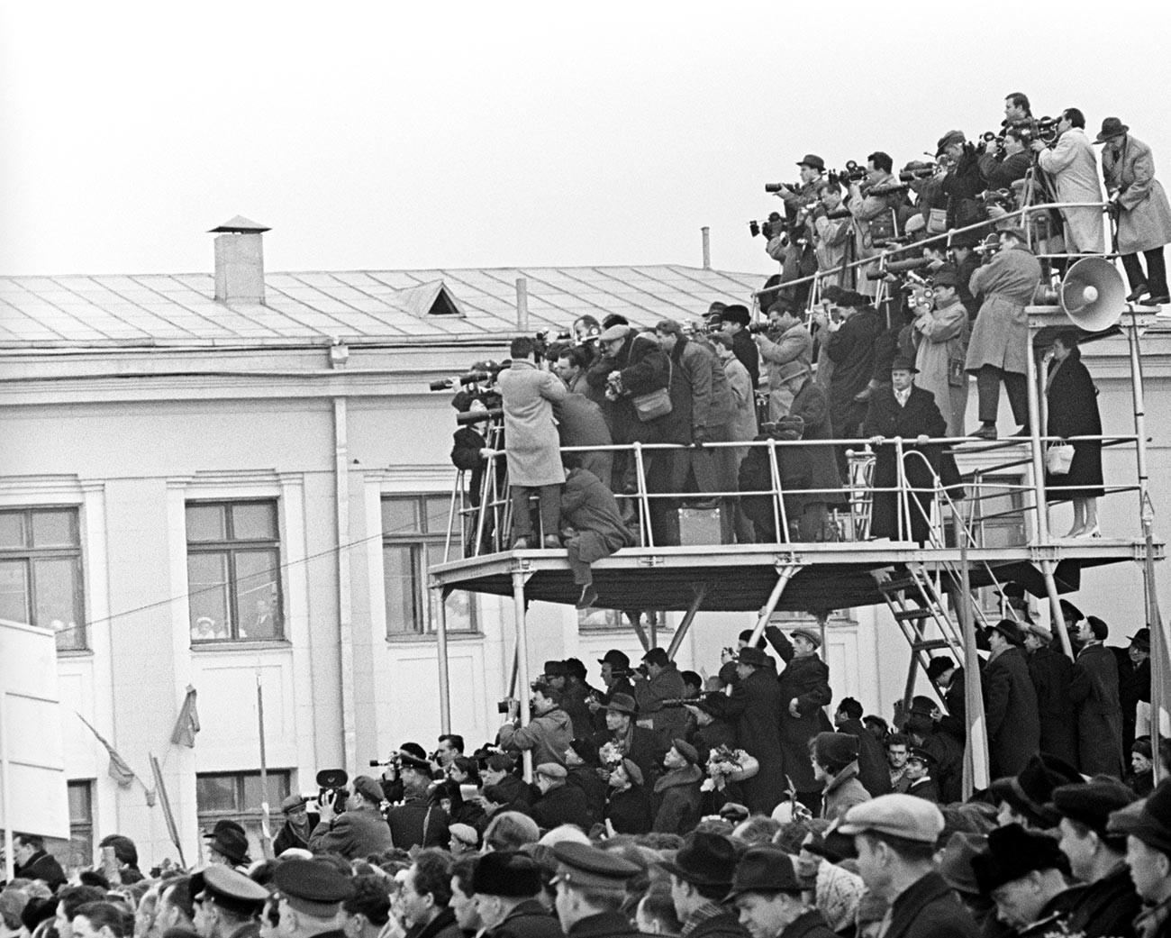 Journalistes lors de la rencontre cérémoniale du premier cosmonaute