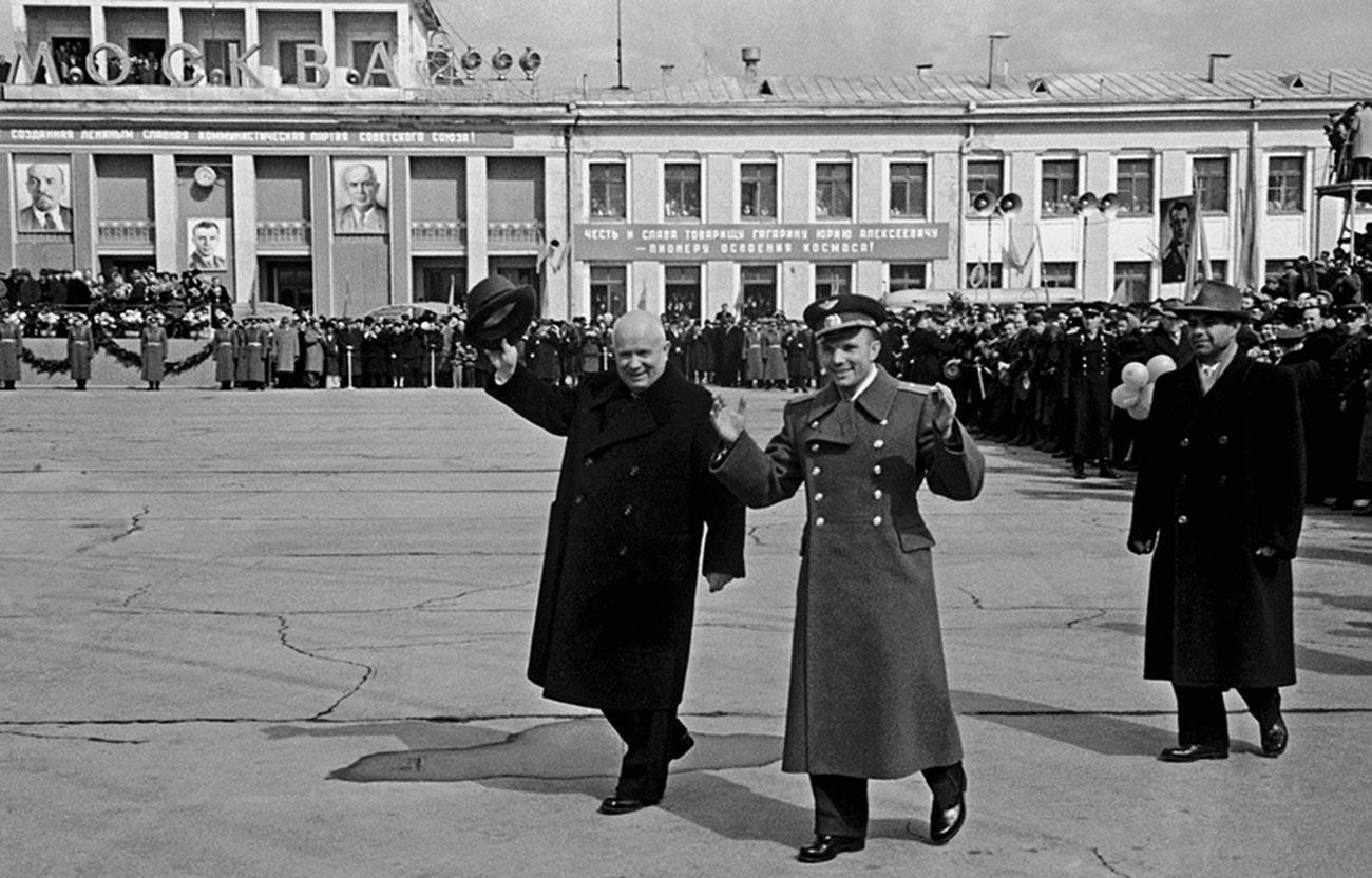 Le dirigeant de l'URSS, Nikita Khrouchtchev, accueille personnellement Gagarine à l'aéroport de Vnoukovo