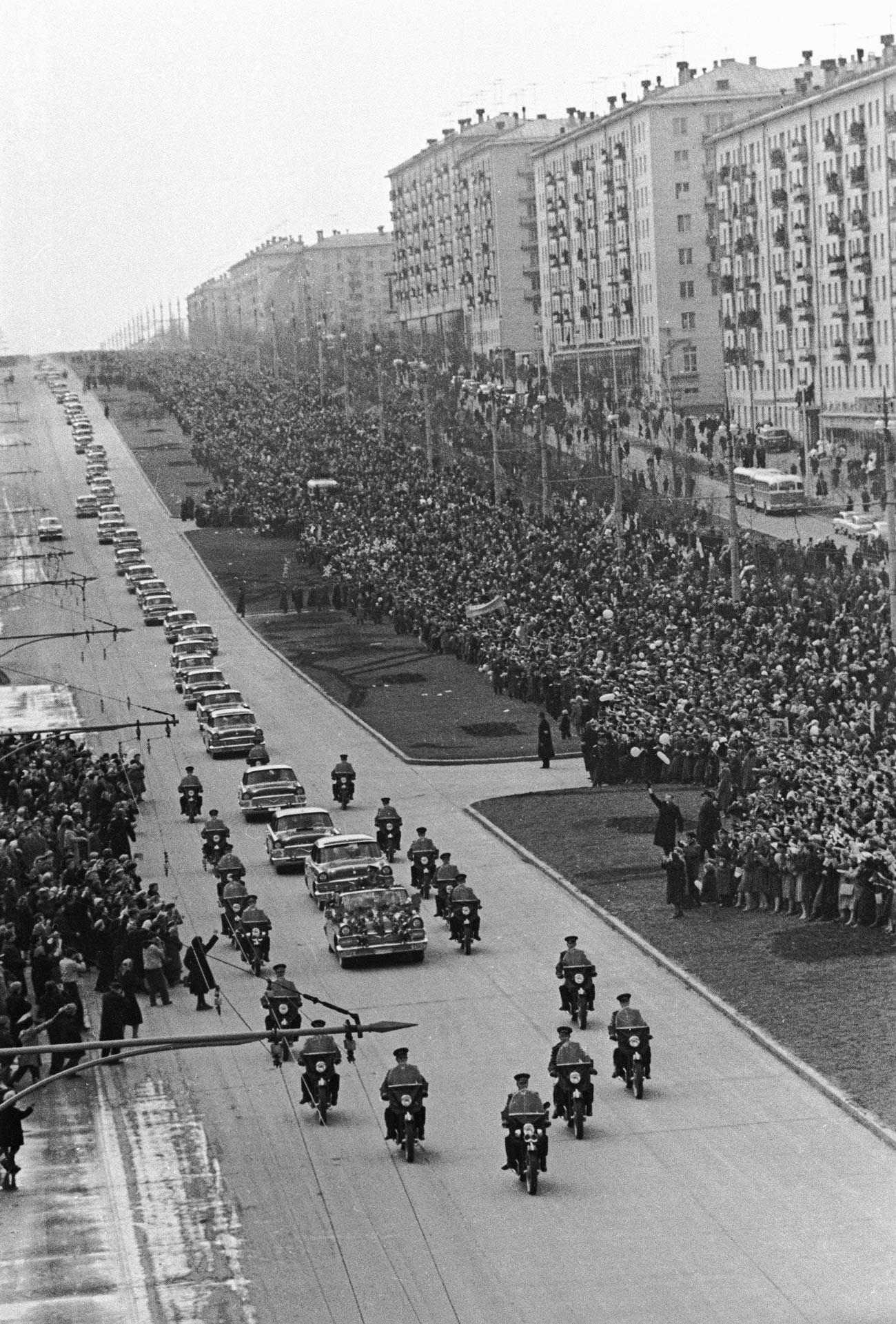 Gagarine et son cortège vont directement de l'aéroport à la place Rouge