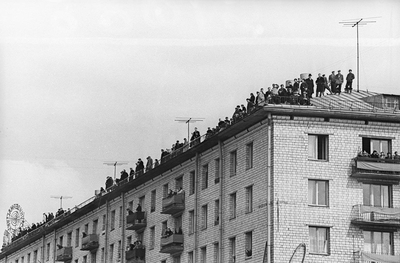 Pour avoir une chance d'apercevoir Gagarine, les gens sont même montés sur les toits