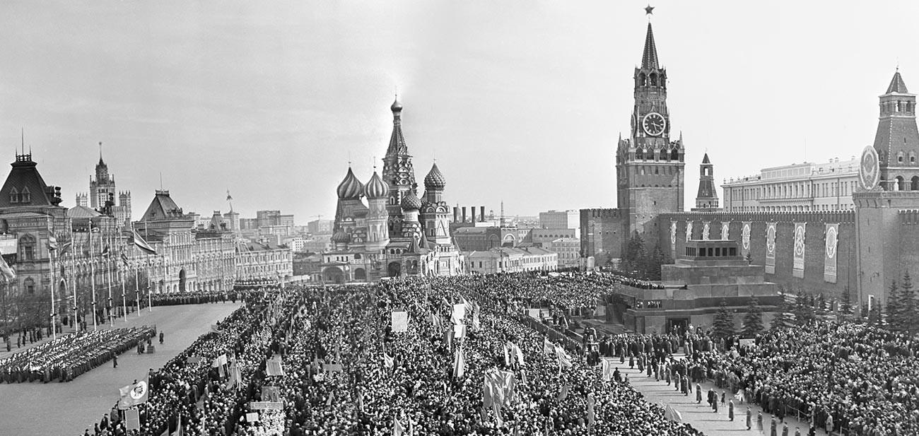 Une grande foule avec des banderoles attendait déjà Gagarine sur la place Rouge.
