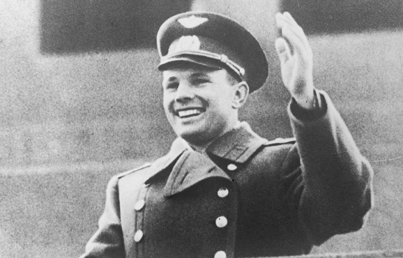 Gagarine saluant la foule rassemblée depuis la tribune du mausolée de Lénine
