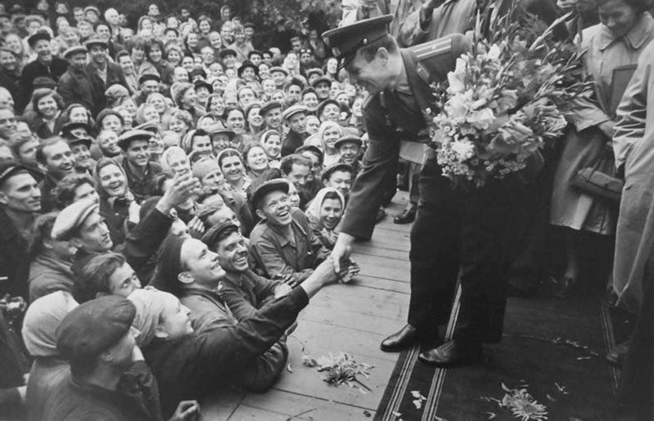 Gagarine à l'usine Stankolit de Moscou