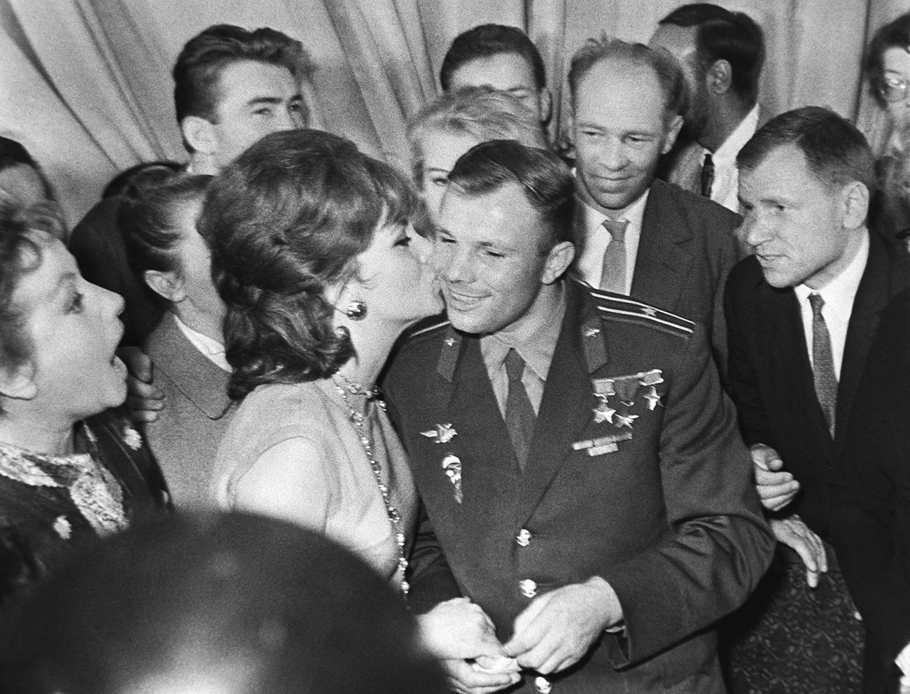 L'actrice italienne Gina Lollobrigida, venue au festival du cinéma de Moscou, drague ouvertement Gagarine, dont le sourire faisait tomber toutes les femmes soviétiques