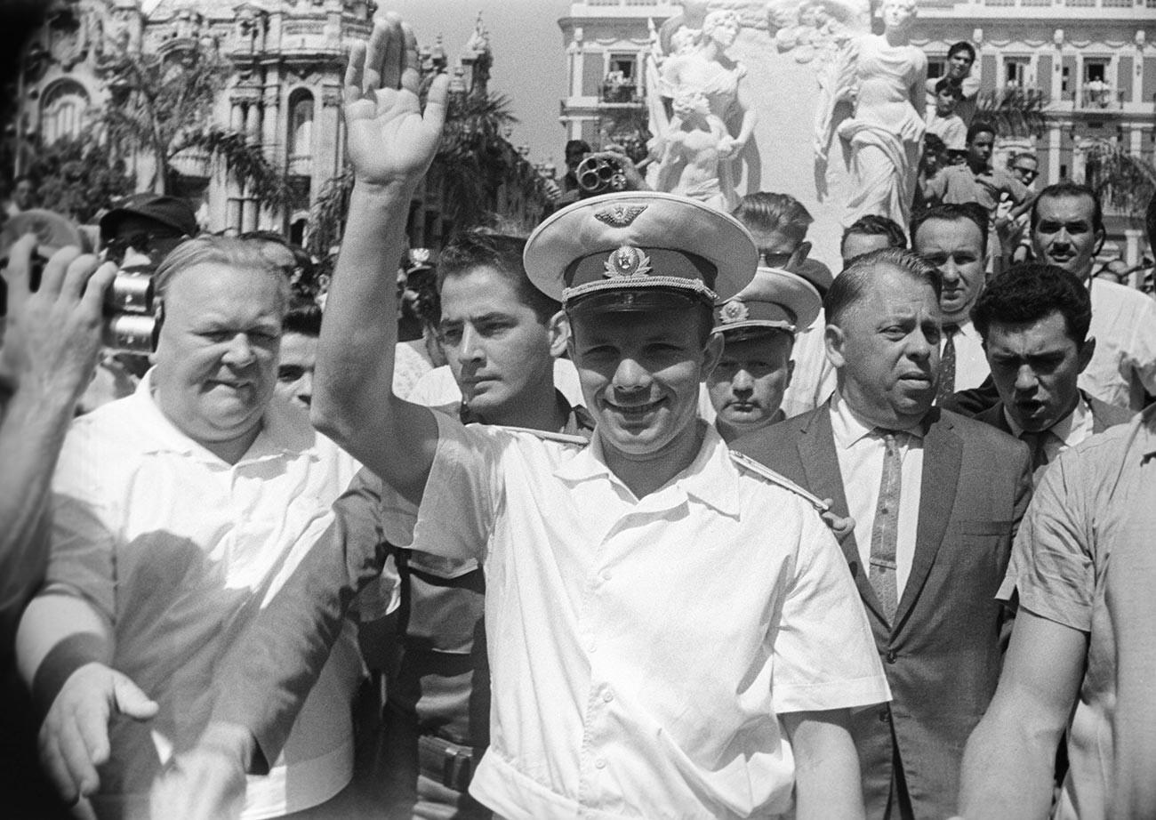 Les habitants de La Havane accueillent Gagarine lors de sa visite à Cuba
