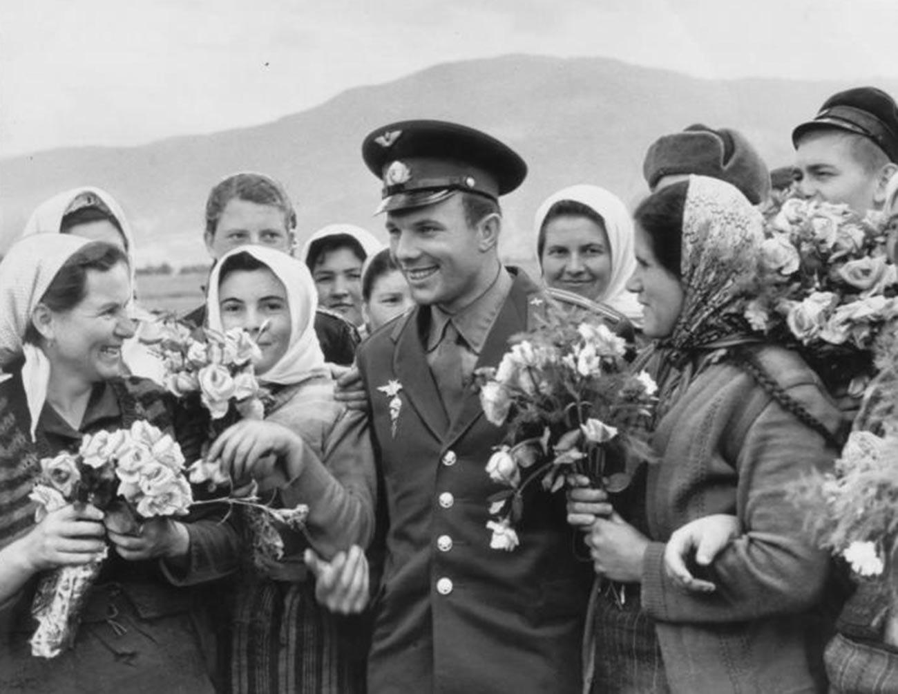 Gagarine avec des paysans bulgares