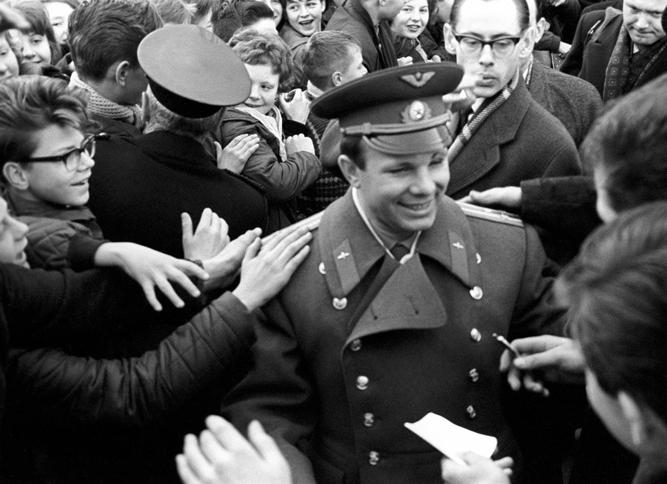Gagarine rencontre des écoliers en Norvège