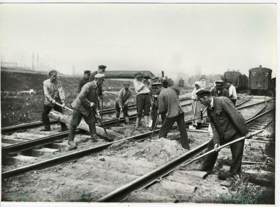 Soubbotnik sur une voie ferrée, Petrograd (ancien nom de Saint-Pétersbourg), 1919