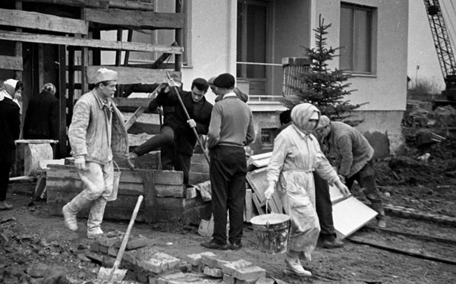 Ouvriers du bâtiment lors d'un soubbotnik à Moscou, années 1960