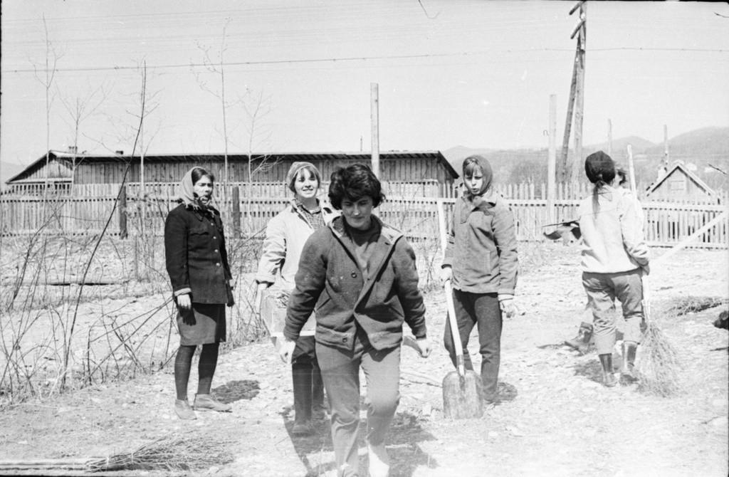 Employés de la réserve naturelle de Sikhote-Alin, dans l'Extrême-Orient russe, durant un soubbotnik, années 1960