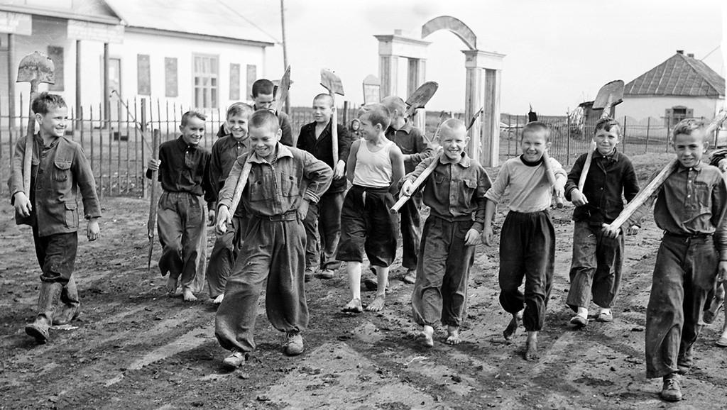 Enfants nettoyant les alentours à un soubbotnik, 1959