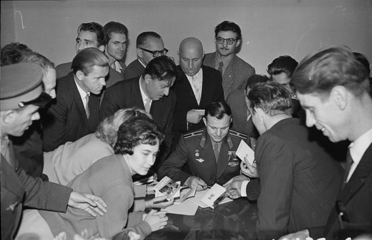 Гагарин потпишува автограми за вработените во Московската изложба за достигнувања на националното стопанство (ВДНХ)