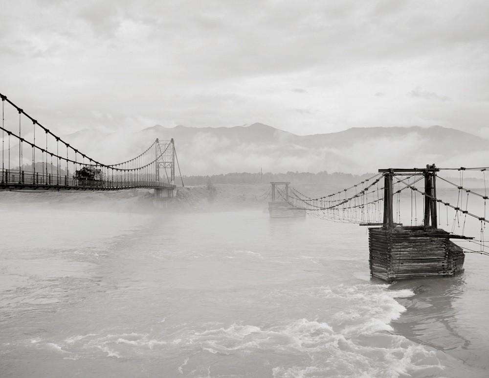 Zwei Brücken über den Fluß Katun.
