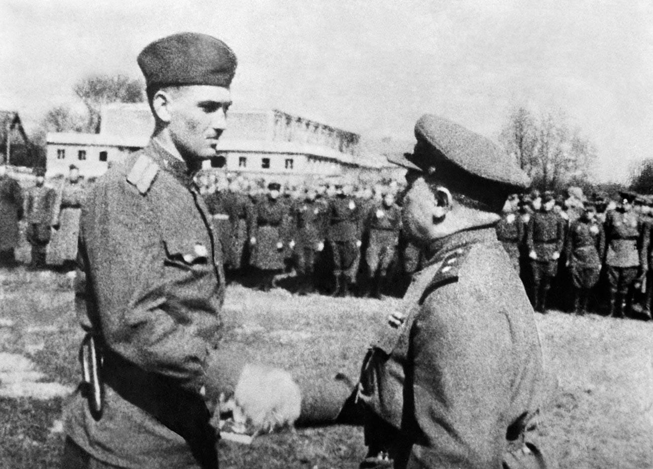 Командант Пете јуришне армије Николај Берзарин (десно) награђује Златном звездом Хероја Совјетског Савеза командира 129. казненог вода Зија Бунијатова.