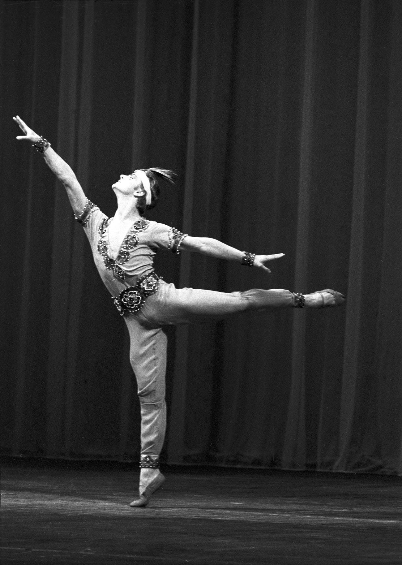 Le danseur de ballet soviétique Mikhaïl Barychnikov sur la scène théâtre Kirov (aujourd'hui le théâtre Mariinsky) interprète une partie solo dans le ballet Le Corsaire