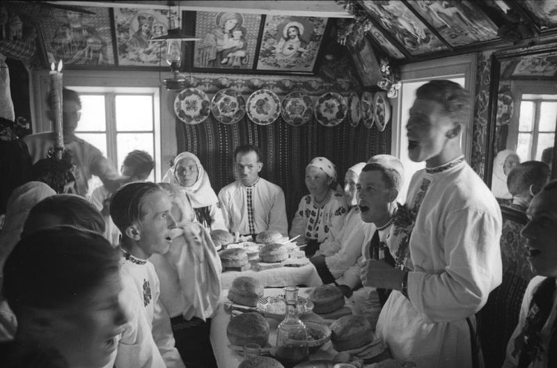 Mariage dans un village soviétique, une fête dans l'isba. Années 1940