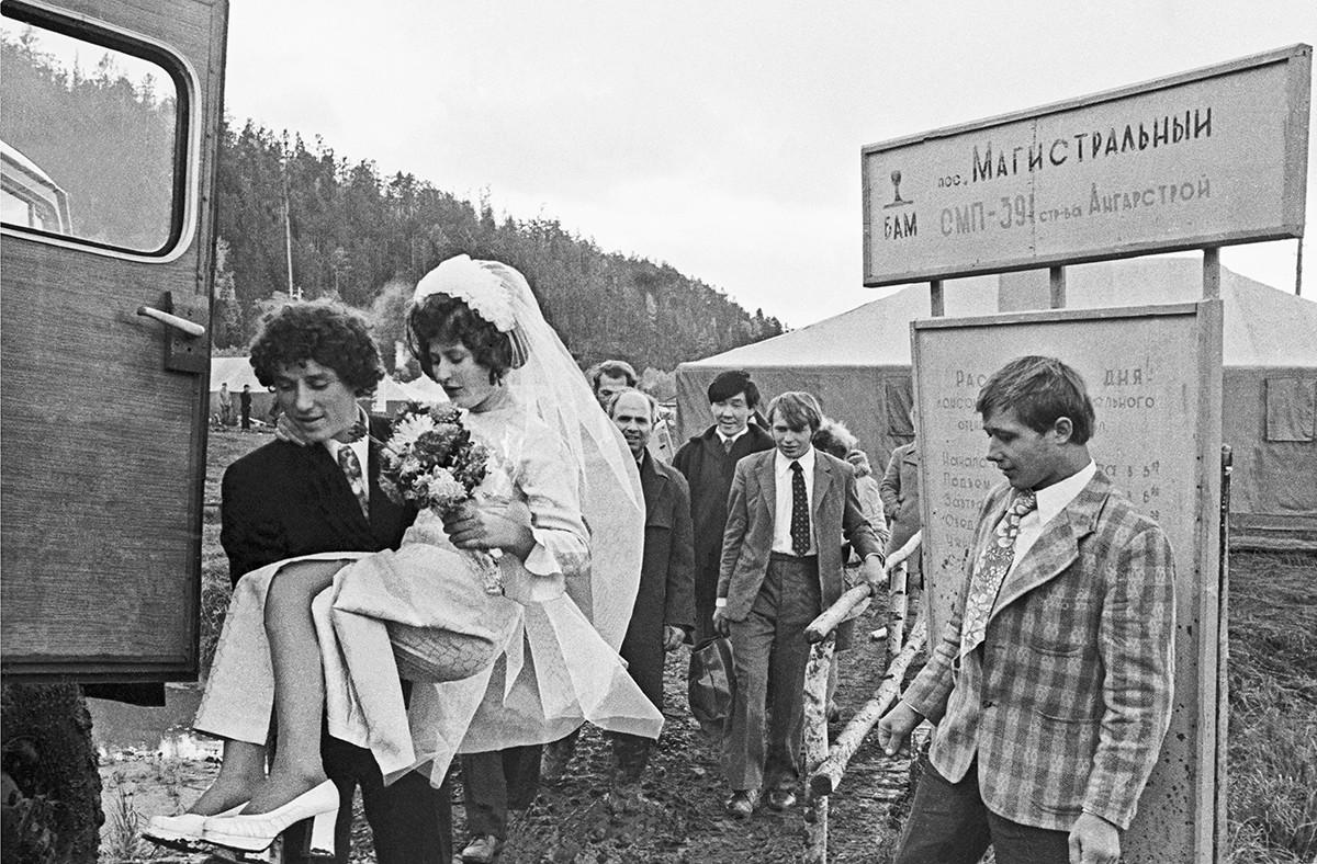 Région d'Irkoutsk, URSS. Les jeunes mariés Lioubov et Alexeï Tatarinov (à gauche) dans un village près la Magistrale Baïkal-Amour, 1974