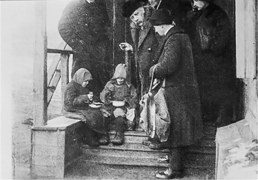 Famine en URSS,1921-1923. Des enfants affamés essaient un dîner de charité de la Mission Nansen